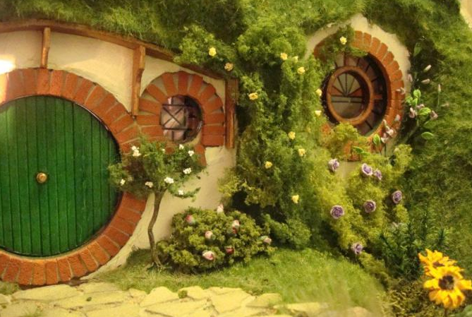Bilbo's front door. Click on the pic to see more handmade depictions of Bilbo's house.
